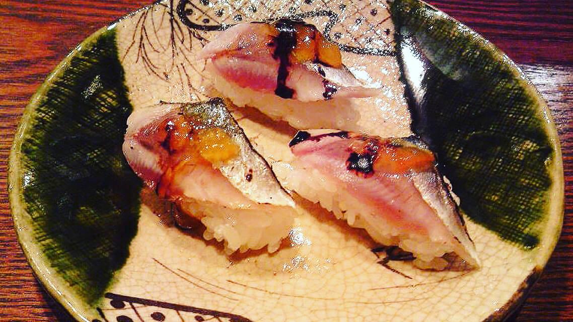 秋刀魚の焼き目握り 柿のジュレとバルサミコソース添え